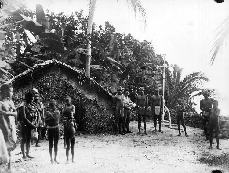 """Au début du XXe siècle, un mémorial fut édifié à Nukapu, en souvenir de la fin tragique de """"l'évêque des Noirs""""."""
