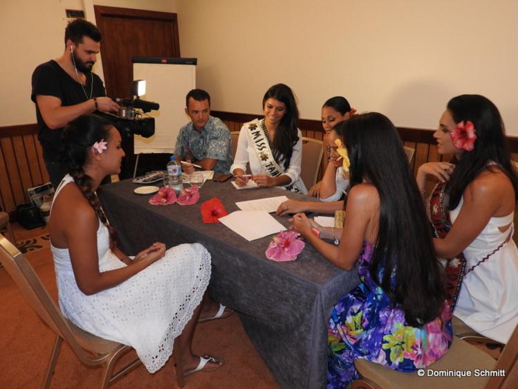 Les membres du comité ainsi que Vaimiti Teiefitu, Miss Tahiti 2015, et ses dauphines ont mené les entretiens individuels des premières prétendantes.