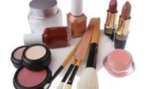 """Cosmétiques: substances """"préoccupantes"""" dans 185 produits"""