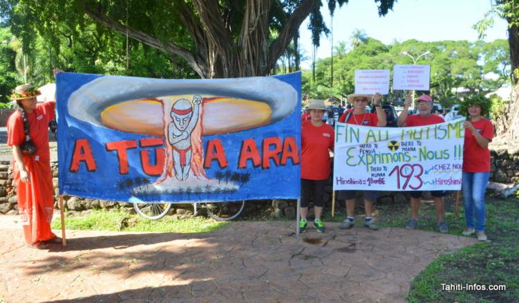 À chaque étape de sa visite de Papeete, le président François Hollande a pu apercevoir ces manifestants habillés tout en rouge, avec leurs banderoles.