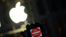 Un défenseur des libertés civiles manifeste devant un Apple Store, le 23 février 2016 à New York