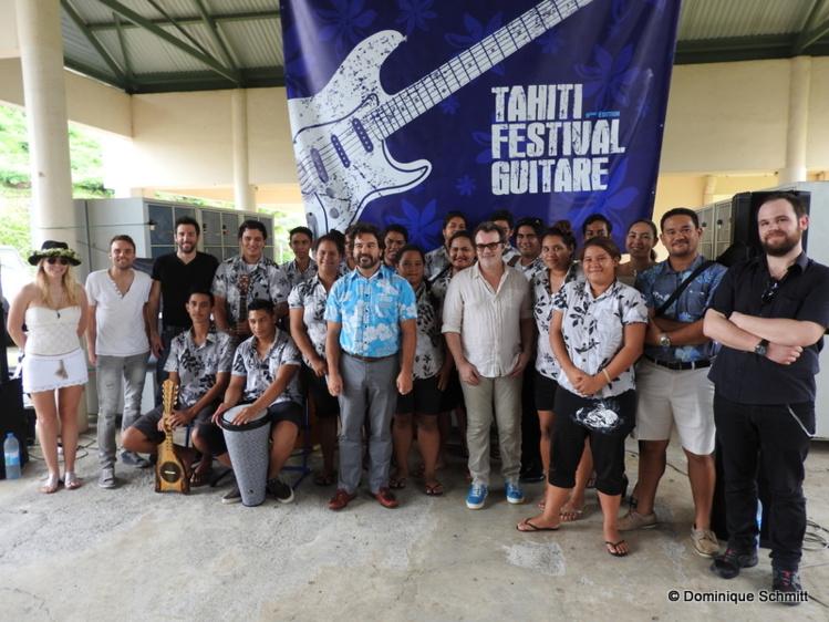 Les artistes du Tahiti Festival Guitare et les élèves du lycée hôtelier réunis grâce à la musique.