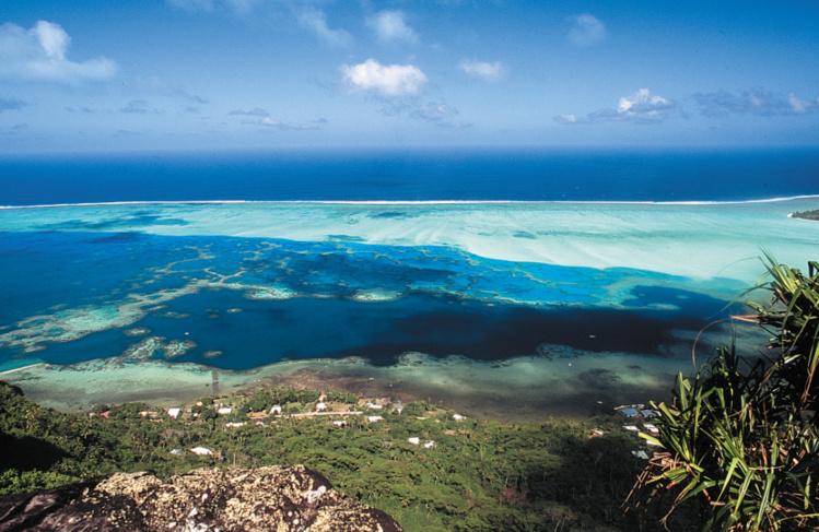 Un long ruban corallien protège un lagon d'une beauté extraordinaire.