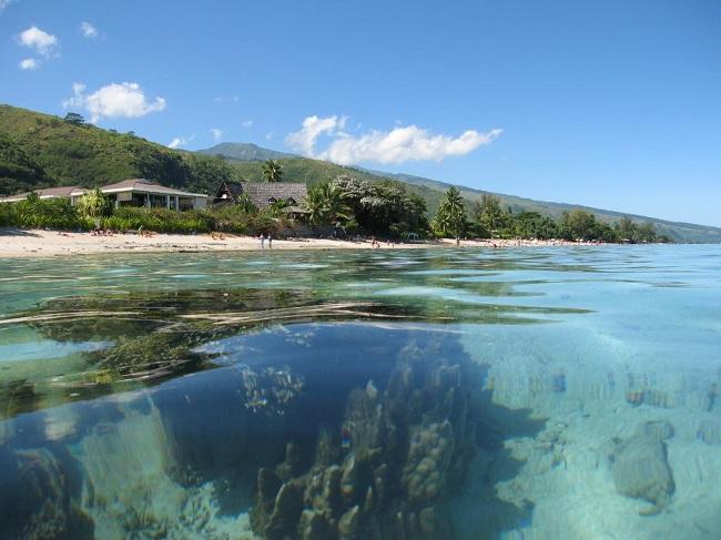 La plage du PK 18. Sur ce site, l'association Pa'e Pa'e no te Ora, créée en 2003, rassemble une quarantaine de bénévoles qui agissent en faveur de l'environnement. C'est cette association qui a créé le sentier pédagogique sous-marin.  L'association se veut à la fois à visée sociale, via la réinsertion de jeunes de Punaauia, et environnementale à travers plusieurs actions pour la protection du lagon de la commune et de sa plage de sable blanc.