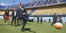 Le président François Hollande a marqué un but sur la pelouse de la Bombonera à Buenos Aires, stade mythique de Boca Juniors, sous le regard des anciens footballeurs David Trezeguet et Omar Da Fonseca mais sans gardien pour contrer son tir.