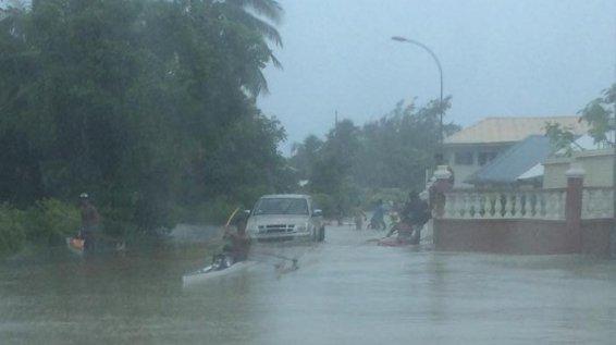 Les inondations ont lieu à des scènes inédites : va'a et paddle ont pu circuler au milieu de la chaussée samedi à Rangiroa ! Crédit photo : Areva Christine / Facebook