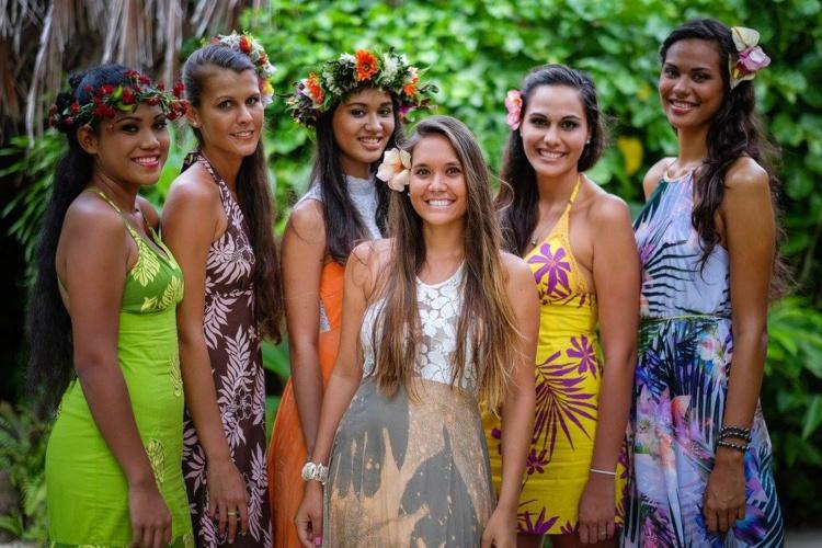 Neherika Matohi, Miss Moorea 2014 (au centre) est entourée des cinq candidates qui concourrent pour l'écharpe de Miss Moorea 2016 [crédit : Tahiti Zoom et TeikiDev]