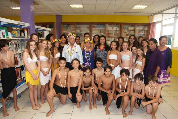 La classe de 5eG Section Internationale du collège Anne-Marie Javouhey Papeete avec les représentants du Rotary Club pour la remise du don de 400 000 Fcfp.