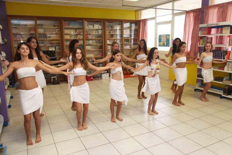 Les élèves de la classe de 5e Section internationale ont réalisé mardi matin une prestation de danses polynésienne qu'ils présenteront aussi à leurs camarades hawaiiens lors du séjour.