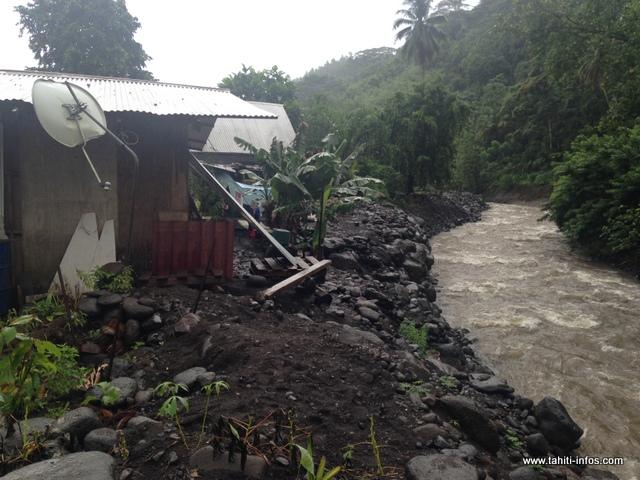 La maison des Temahahe est située en bord de rivière et quand le mauvais temps est omniprésent, les nuits sont courtes.