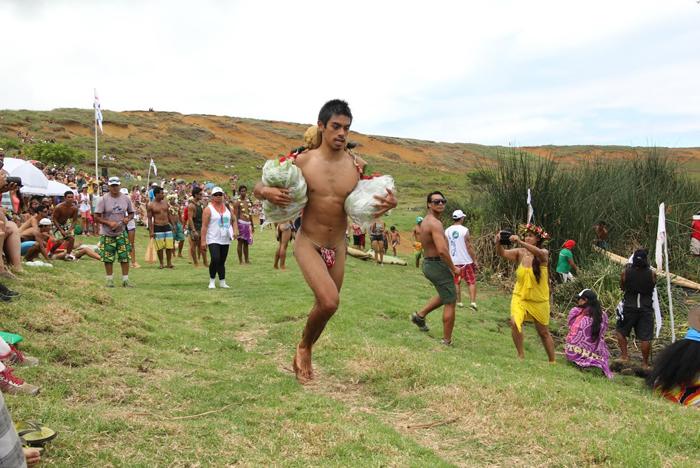 Konui Lillo Laharona est un champion au Tau'a Rapa Nui, un triathlon traditionnel lors du Tapati qui mêle course de porteur de fruits autour du volcan, course de pirogue traditionnelle en roseaux et natation (crédit : Jonathan Martins Torres)