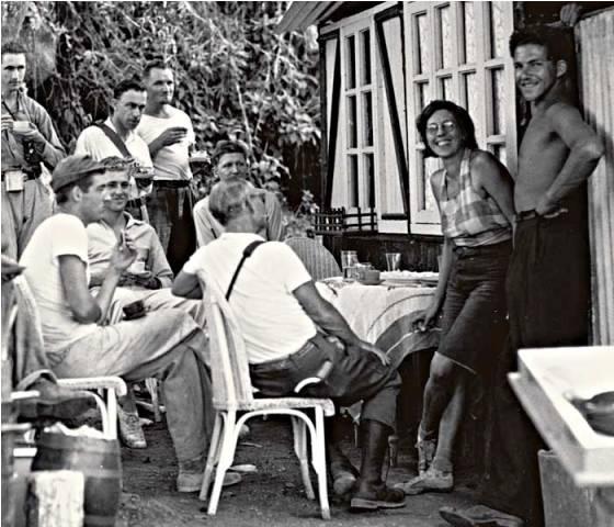 En 1933, un milliardaire tourna un petit film muet de 4 minutes sur la baronne et son amant d'alors, Philippson (à l'extrême droite).