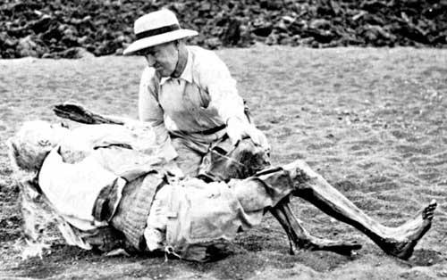 Un enquêteur lors de l'identification du corps momifié de Lorenz.