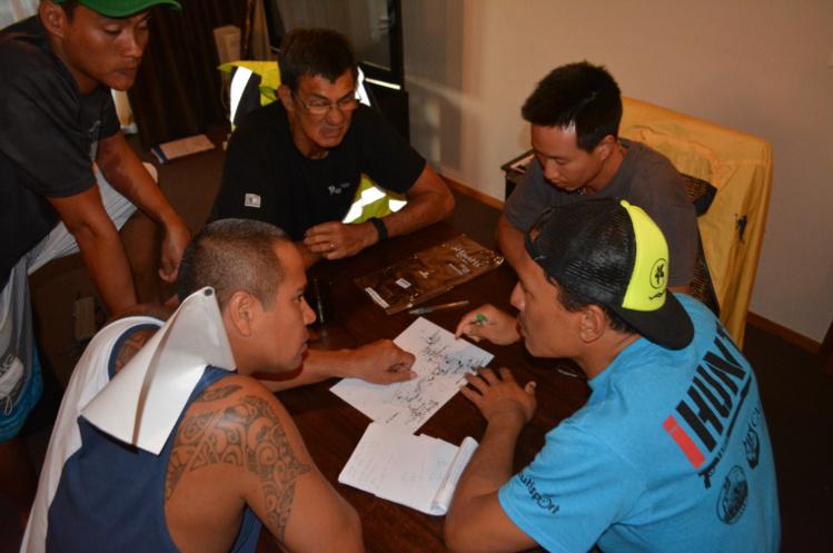 Chaque soir, la team Tahiti fait un petit briefing pour affiner sa stratégie. Là, les tahitiens font de point sur leur stratégie pour leur première journée
