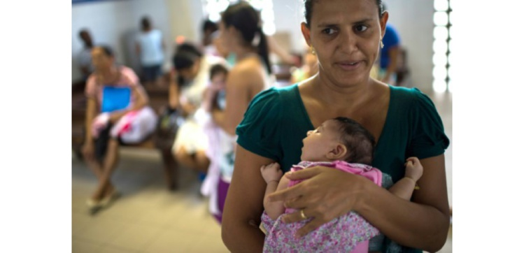 Une mère avec son bébé souffrant de de microcephalie, le 27 janvier 2016 à l'hôpital Sociais Irma Dulce à Salvador au Brésil ((c) Afp)