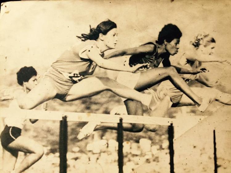 Port Moresby 1969, Dominique Chaze au premier plan à la lutte avec la Tongienne Iongi.