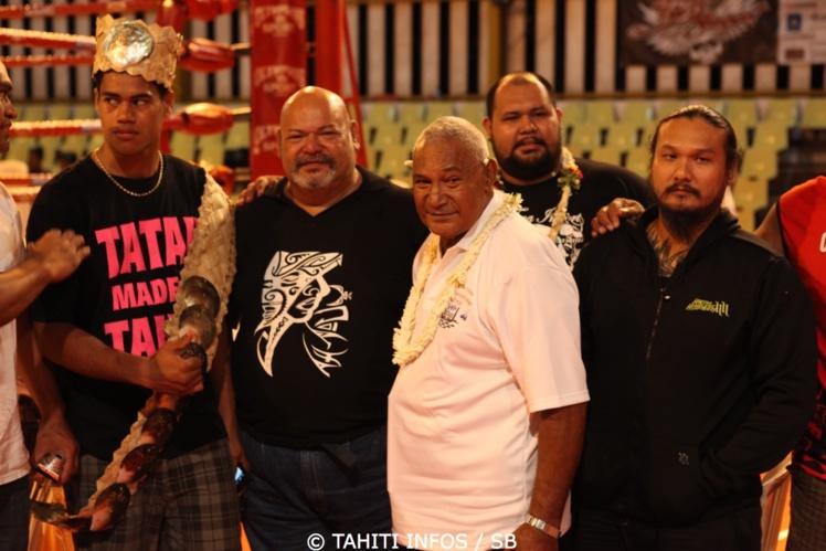 Jeffry, ici en 2013 avec le regretté Maco Nena, sponsorise la boxe polynésienne avec passion