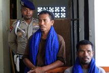 Le chef de l'embarcation, Isai Rano (à gauche), a reconnu avoir été payé 92 millions de roupies.
