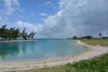 Le complexe aquacole de Hao sera construit à l'emplacement où était installée durant 30 ans la base arrière du CEP (centre d'expérimentation du Pacifique). La base aérienne 185 construite entre 1963 et 1965 servait de pont aérien et maritime pour le matériel à destination des atolls de Moruroa et Fangataufa. Le 30 juin 2000, les forces armées se sont retirées de l'atoll. Le site du projet a été choisi de manière cohérente au niveau des parcelles anciennement exploitées par le CEP. L'environnement de ce site étant déjà perturbé par cette ancienne activité, le projet n'affectera pas des terres vierges de toute activité.