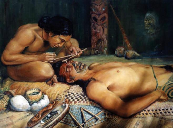 Ancienne interprétation artistique du processus traditionnel de tatouage Ta moko, chez les Māori (de Nouvelle-Zélande et des îles Cook)