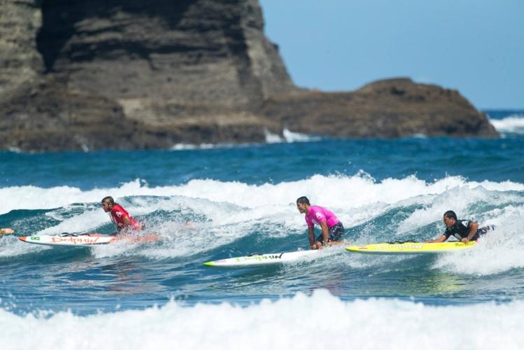 Du beau spectacle à Piha Beach pour la 2e épreuve © Scott Sinton