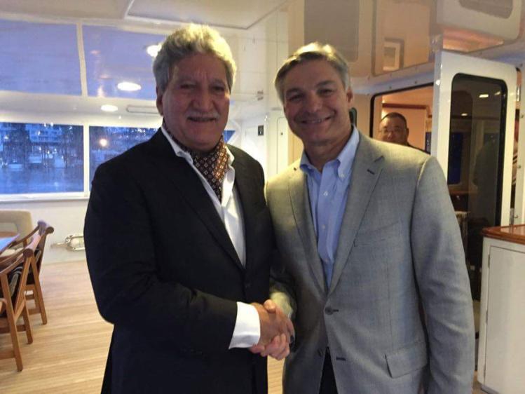 Ray Conner, P-dg de la branche aviation commerciale de Boeing, avec le ministre du Tourisme, Jean-Christophe Bouissou.