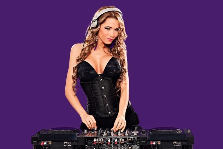 Miss Roxx enflamme les dancefloors du monde entier avec un style bien à elle.