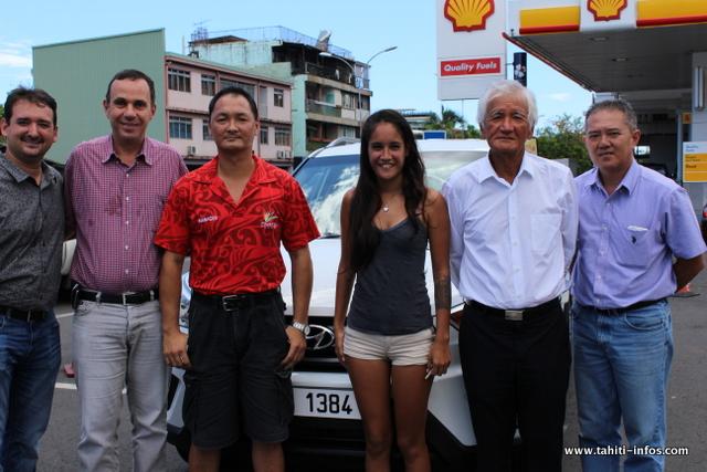 de gauche à droite : Teiki Vahine de Sopadep, Alain Pontonnier, directeur commercial de Shell-Pacific,  Noël, gérant de la station Pacific de Punaauia, Raumiri Terii, l'heureuse gagnante, Albert Moux, Pdg de Shell et Hans, cadre chez Pacific Shell.