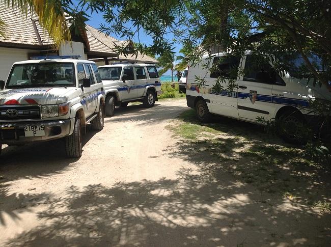 Les témoins attestent de la présence de quatre véhicules de la police municipale à Tiahura à terre et de la brigade nautique municipale à bord d'un bateau sur le plan d'eau.