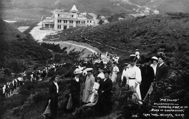 """Preuve de la popularité de Suzanne dans toute la société néo-zélandaise, une cohorte de volontaires participe, en 1907, à la construction du château d'eau de la """"Maison de la Compassion""""."""