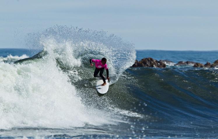 Manoa Drollet a pu lui aussi s'éclater en surfant ces vagues du bout du monde © Cory Scott