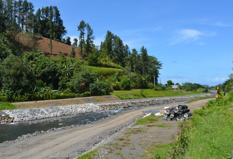 Après le confortement d'une partie des berges en phase 1 des travaux, le chantier se concentre désormais dans la Taharu'u à la création d'un bassin dégraveur. Une expérimentation menée pour la première fois à Tahiti.