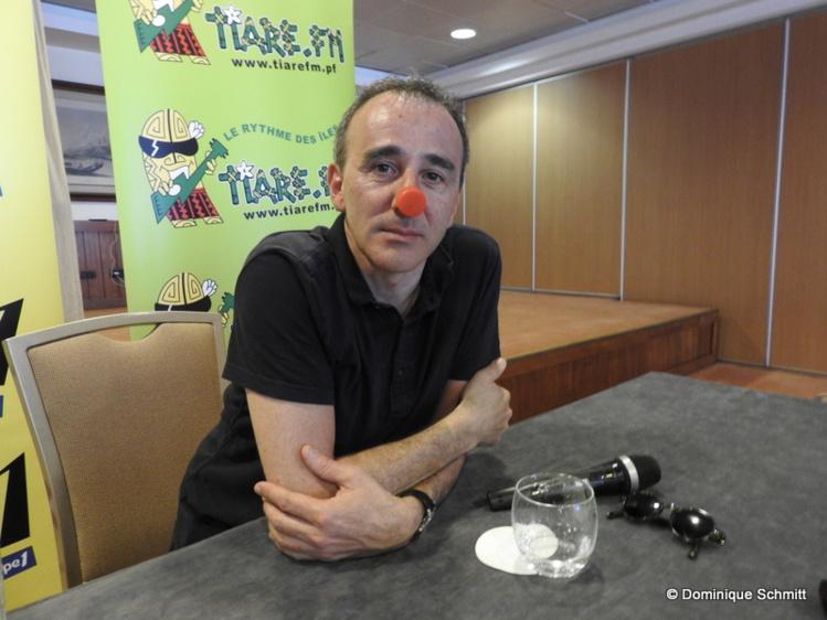 """Avec ou sans son nez rouge, l'humoriste vous attend pour """"partager"""" son nouveau one-man show."""