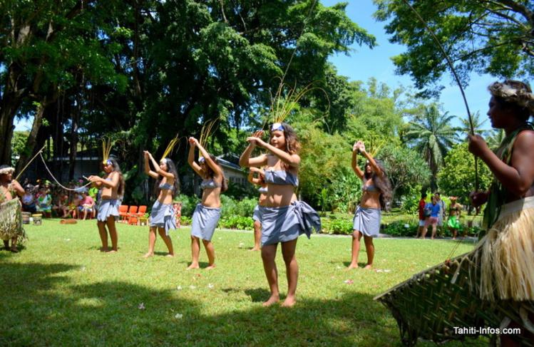 À la pêche aux jeunes danseuses du collège de Paea
