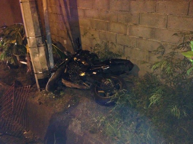 Le choc, d'une extrême violence, avait projeté la moto sur un poteau électrique. (Archives)