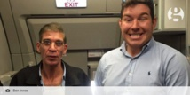 Un passager anglais se prend en photo avec le pirate de l'air de l'avion égyptien