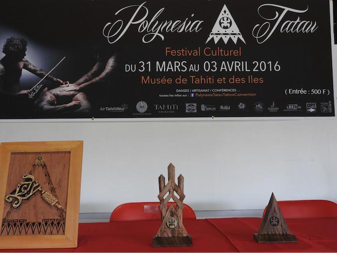 Le trophée du 1er prix a été créé par Mate, un artiste tatoueur de Moorea, tandis que les  2e et 2e prix ont été conçus et élaborés par Manutea Chartiez.