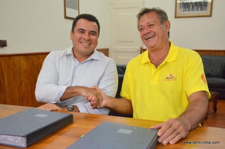 Teva Rohfritsch et Stanley Ellacott, jeudi matin après la signature de la convention de mise de mise à disposition du navire.