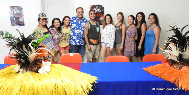 Matani Kainuku, le président de l'association Nonahere, et quelques compétiteurs étrangers.