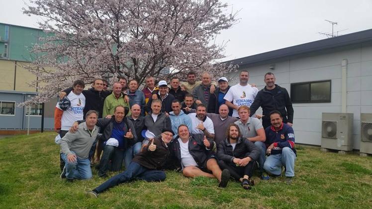 Après le match, la troixième mi-temps commence sous les cerisiers en fleur