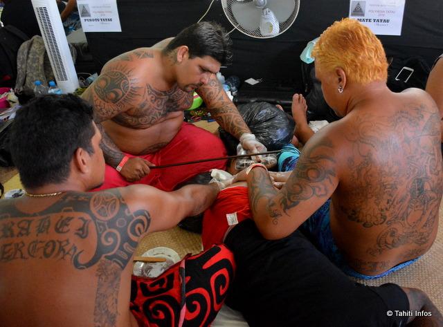 Tatouage utilisant la technique traditionnelle, par Mate Tatau de Moorea