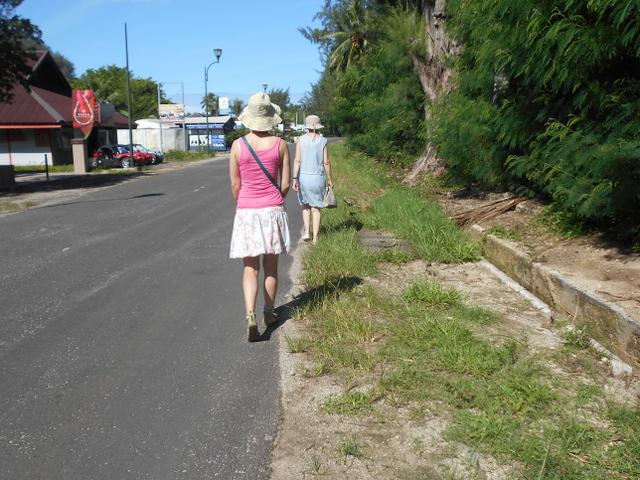 Parce que les bords de route ne sont pas entretenus, les touristes sont obligés de se déporter sur la voie publique. Ce qui pourrait être un danger, surtout en soirée.