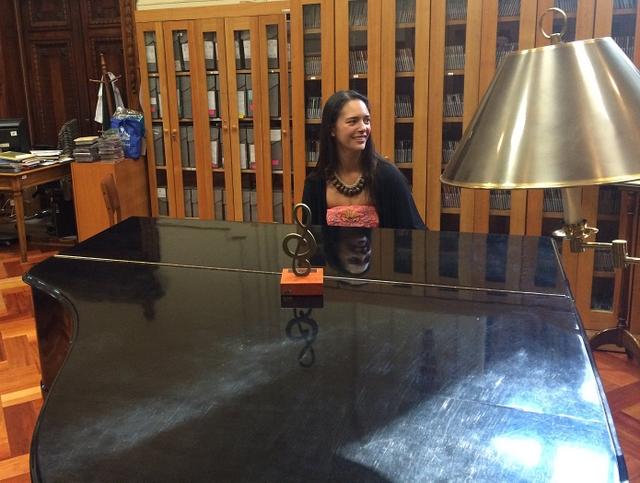 Mahani Teave Williams la directrice et ambassadrice de l'école de musique et d'arts de Rapa Nui est née le 14 février à l'île de Pâques. Pianiste, elle a été lauréate de plusieurs concours internationaux.