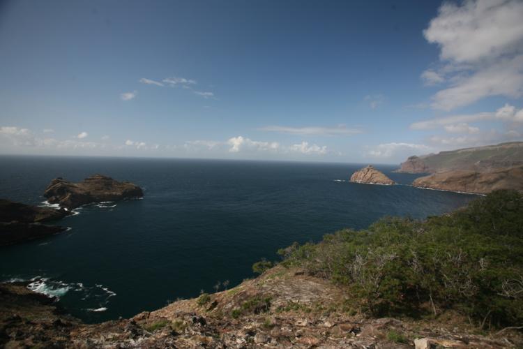 """Pour tous les marins ayant sillonné le Pacifique, l'arrivée à Nuku Hiva se fait en passant entre les deux """"sentinelles"""" émergeant des eaux à l'extérieur de la baie de Taiohae."""