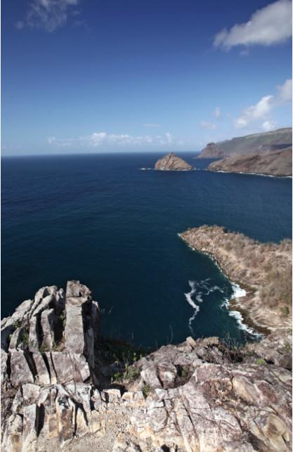 Au bout du bout de la baie de Taiohae, le Pacifique, immense. On comprend que le site ait pu inspirer bien des artistes et des écrivains.