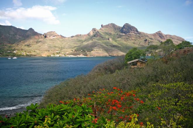 Une vue partielle de la baie de Taiohae depuis l'hôtel Keikahanui Pearl Lodge ; on distingue les installations portuaires, au centre de l'image.