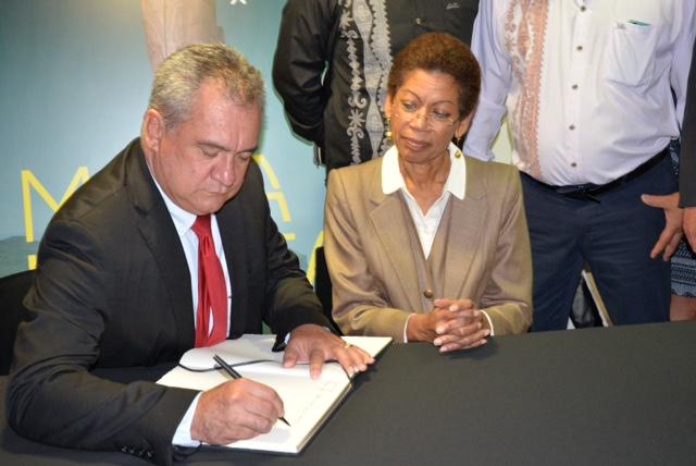 Le ministre de la culture de Polynésie française et George Pau-Langevin signent le livre d'or du musée du Quai Branly