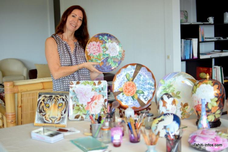 Yane Vappereau dans son atelier à Pamatai, avec certaines de ses créations.