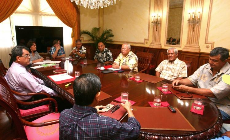 Edouard Fritch a reçu mardi matin Frédéric Riveta, maire de Rurutu, Georges Hatitio, maire de Rimatara, et Joachim Tevaatua, maire de Raivavae afin d'évoquer avec eux la problématique de la protection de la ressource halieutique et le projet d'AMP des Australes.