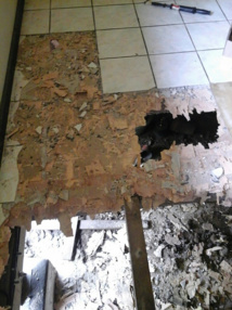 Le plancher d'un fare MTR de Huahine qui avait causé des blessures importantes à ses occupants lors de son effondrement.